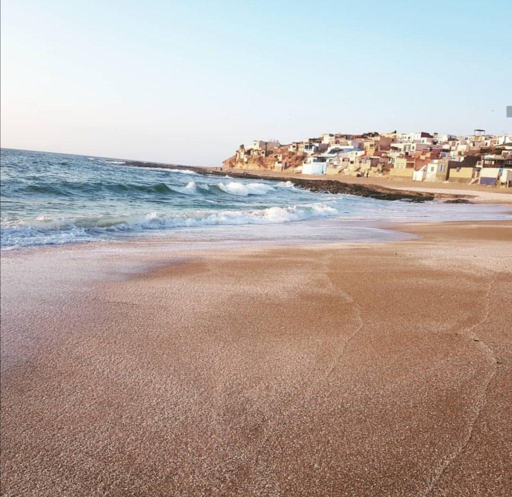 La spiaggia con in lontananza il villaggio di Tifnit