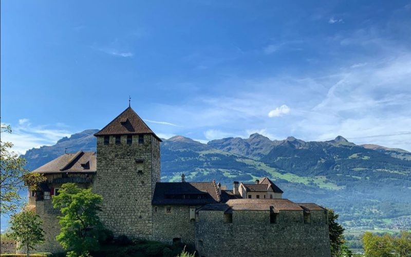 Il Castello di Vaduz dalla curva che lo raggiunge.