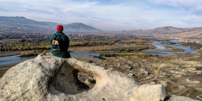 La vallata nello sfondo si può vedere dal sito dell'unesco di Uplistsikhe.