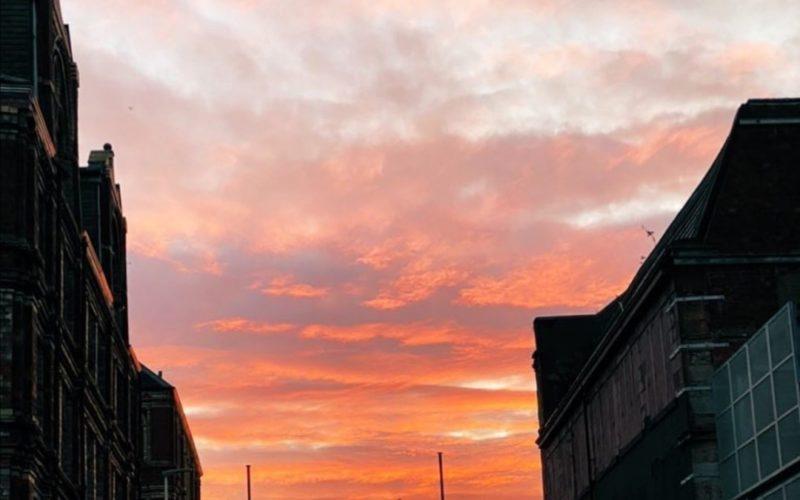 Il tramonto su Glasgow in tarda serata in estate.