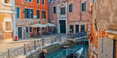 Scorcio suggestivo di Venezia con tipica gondola.