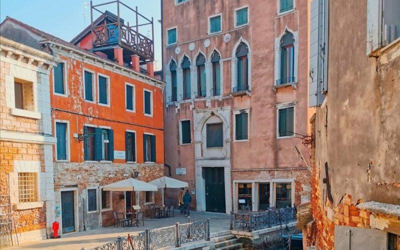cosa vedere a venezia Scorcio suggestivo di Venezia con tipica gondola.