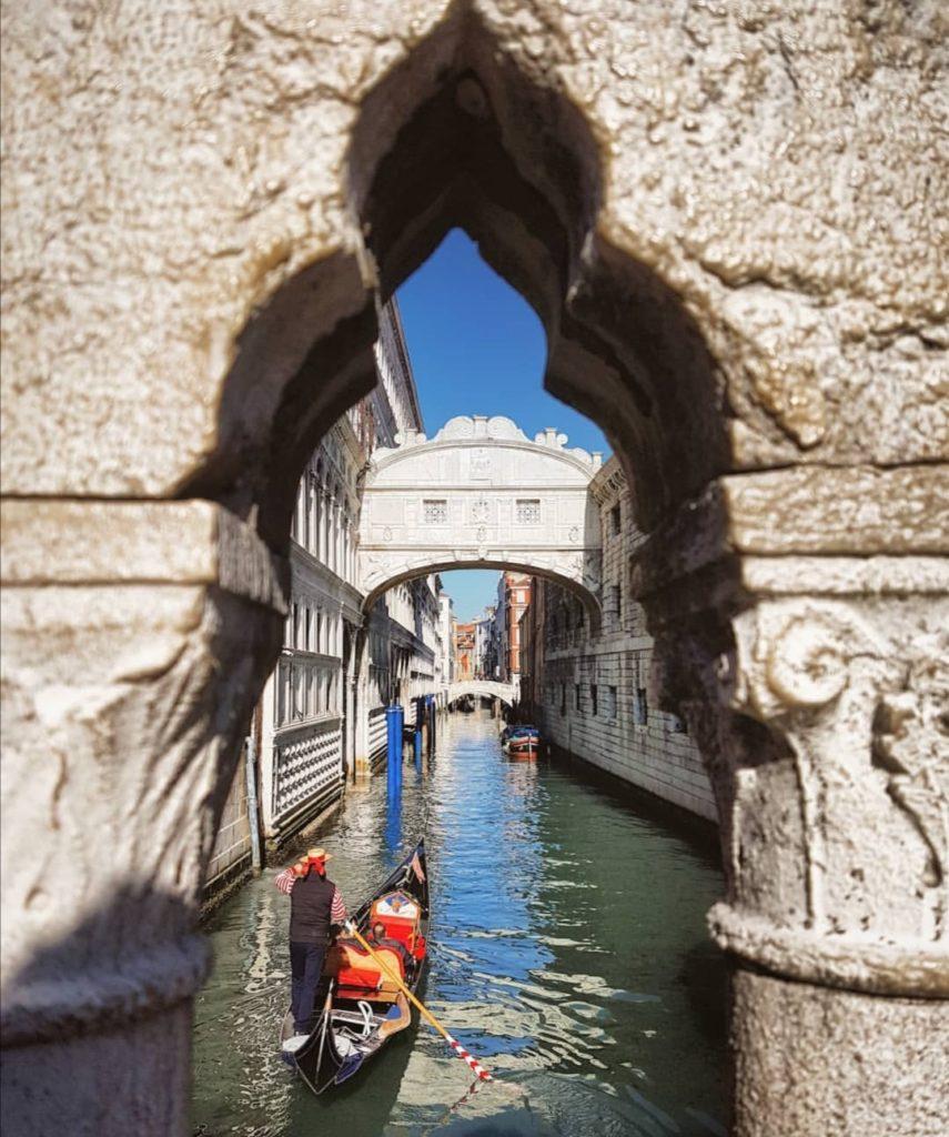 cosa vedere a venezia Foto sul ponte dei sospiri mentra passa una tipica gondola.