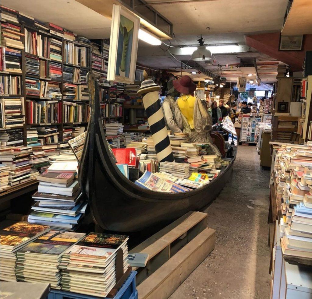 L'interno della particolare Libreria Acuqa Alta di Venezia.