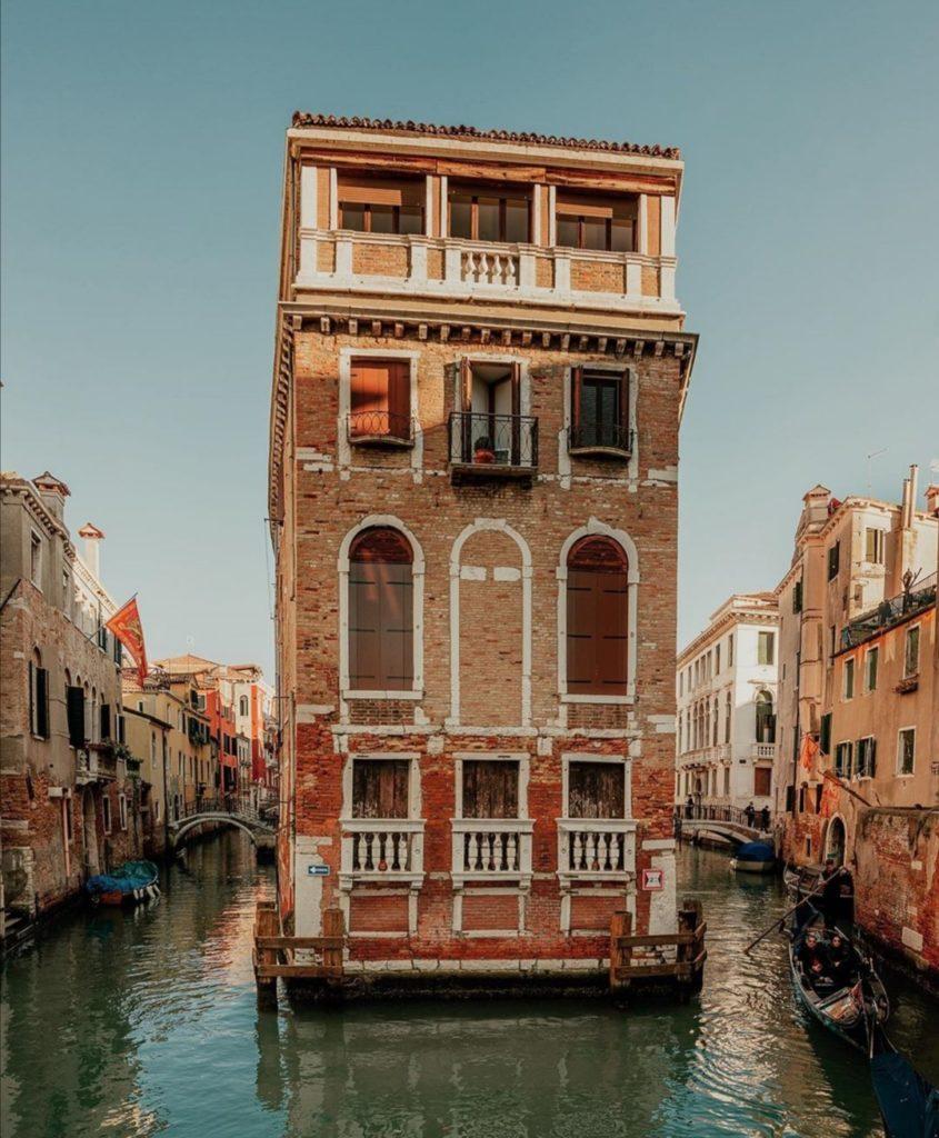 Altro scorsio di Venezia, palazzo tra due canali.