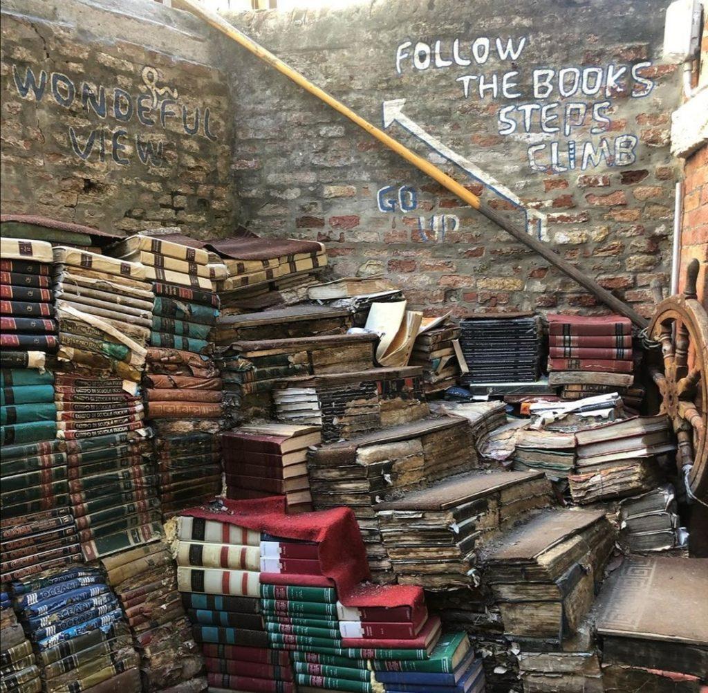 La particolare Libreria Acqua Alta di Venezia.