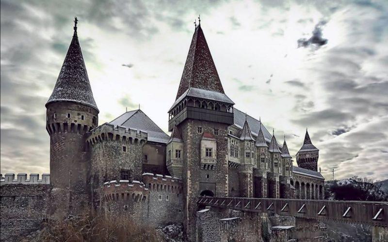 Il gotico castello Corvinilor con la neve e il ghiaccio di Gennaio.