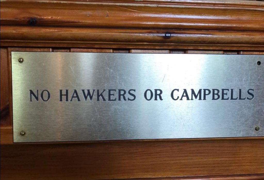 """Massacro Scozia: il cartellono al vecchio Clachaig Inn a Glen Coe che riporta """"No Hawkers or Campbells"""""""