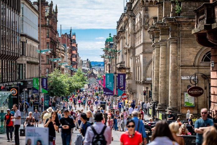 Immagine della strada pedonale principale di Edimburgo.
