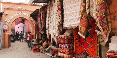 Un negozio di tappeti nel Souk di Marrakech