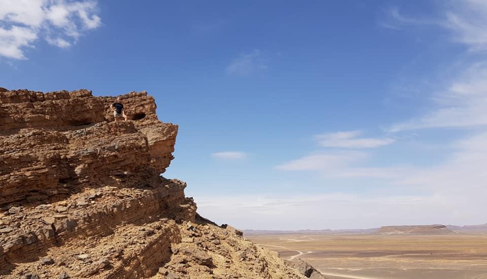 Il deserto di roccia sulla via del viaggio per Merzouga in Marocco,poco dopo aver visitato il mercato di Rissani.