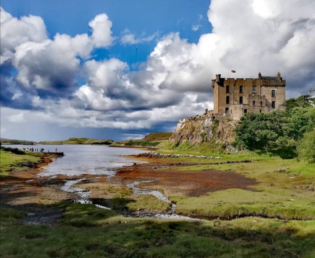 A nord dell'isola di Skye si trova il castello di Dunvegan con la sua baia interiore.
