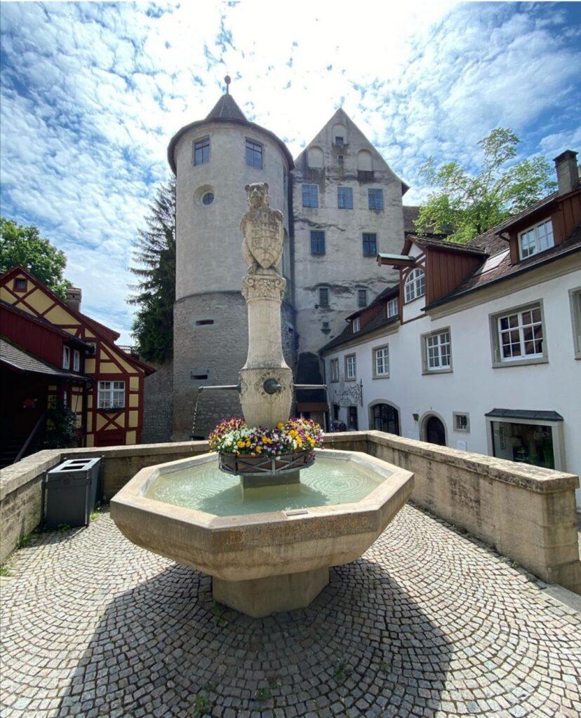 Meersburg è uno dei tanti piccoli borghi medievali che attornano il Lago di Costanza.