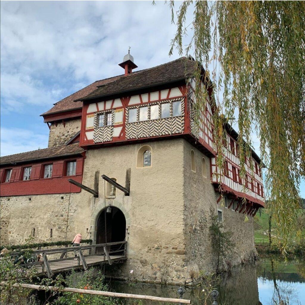 Schloss Mammertshofen si trova in Svizzera, poco distante dal Lago di Costanza.
