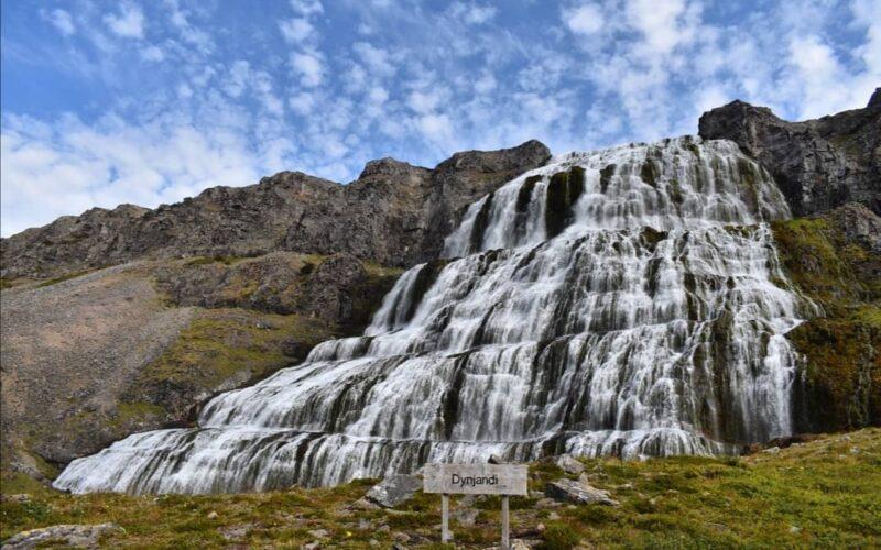 Il fianco della montagna si apre per ospitare Dynjandi che cade tuonante.