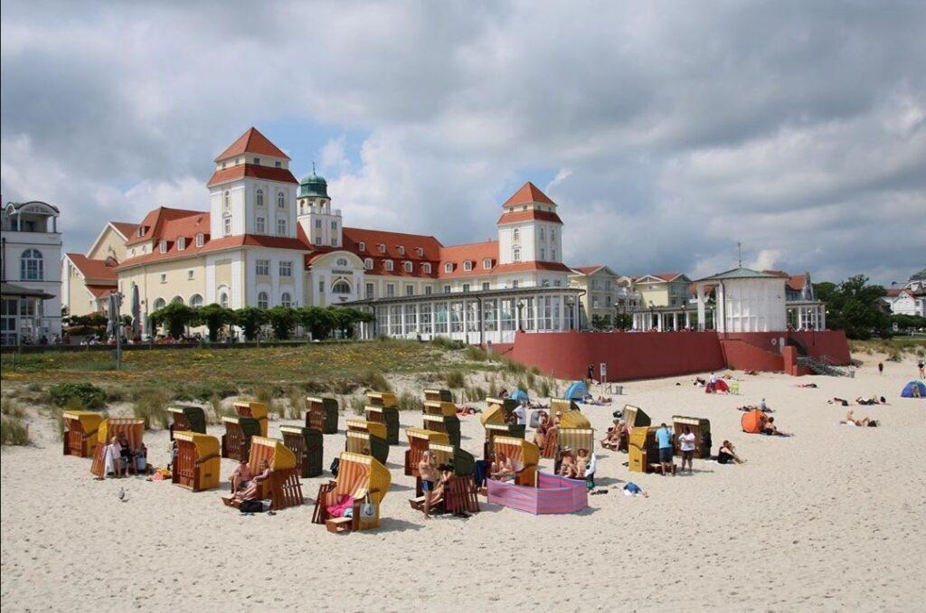 L'isola di Rügen: la Kurhaus, dallo stile liberty, guarda diretta al mare.