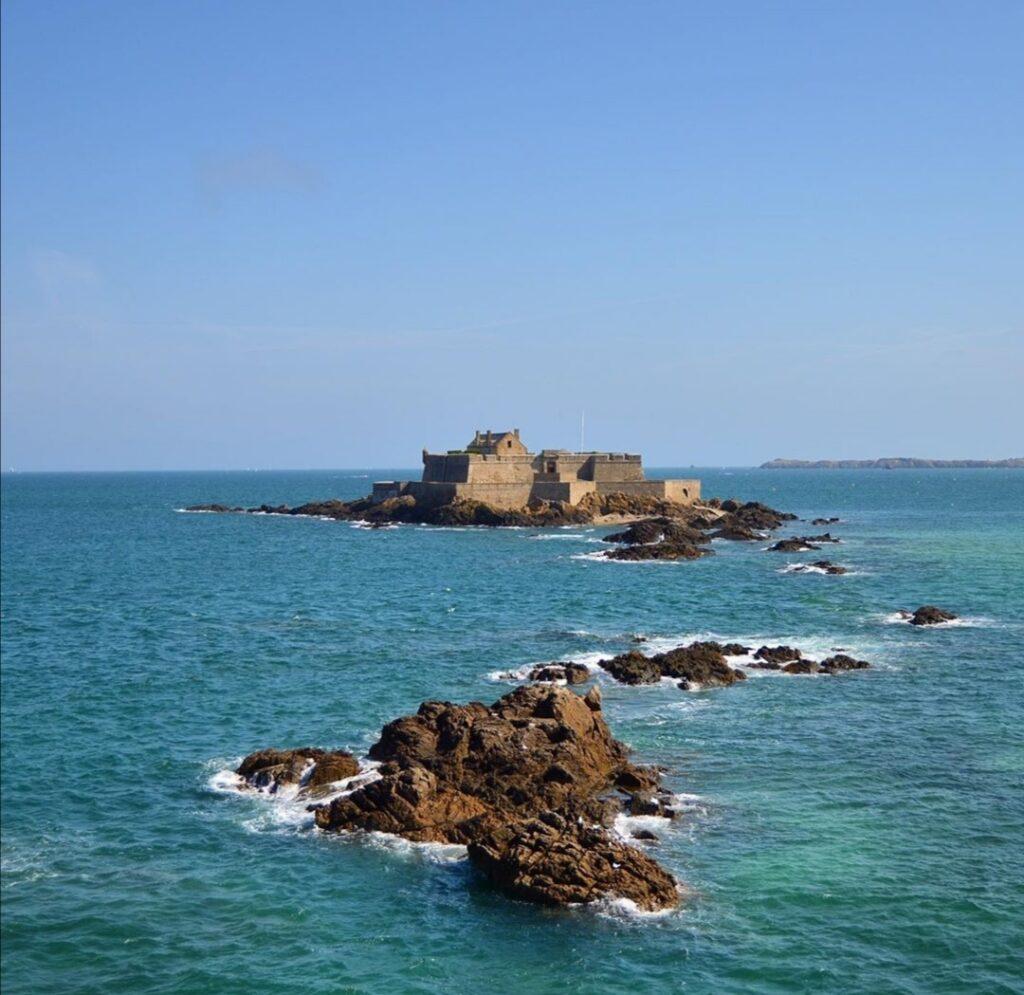 L'alta mare fa sembrare così lontano il Fort National.