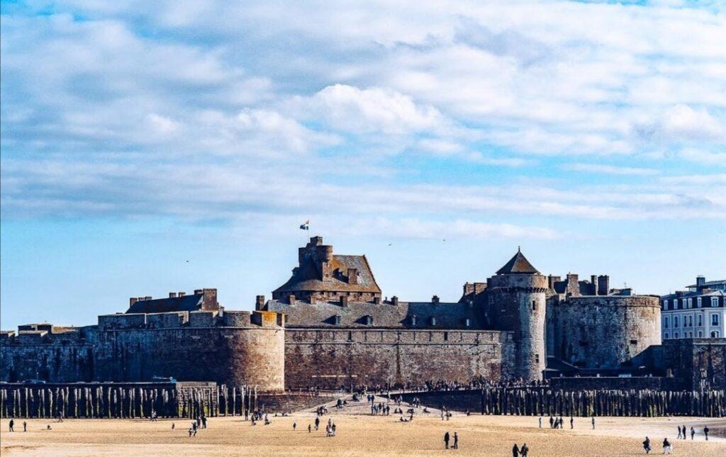 Saint-Malo in Bretagna: il castello della città visto dalla spiaggia durante la bassa marea.