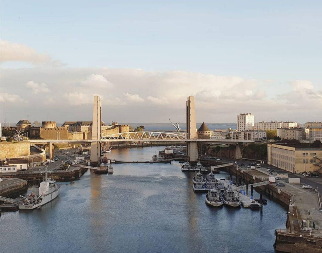 Visitare Brest in Bretagna: il ponte sul porto, visibile dalla famosa funivia che attraversa il centro città.