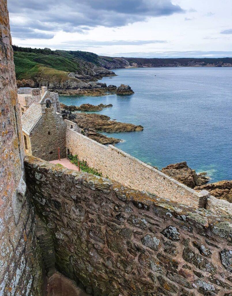 Normandia e Bretagna in Camper: Fort La Latte e una vista sulla costa frastagliata.