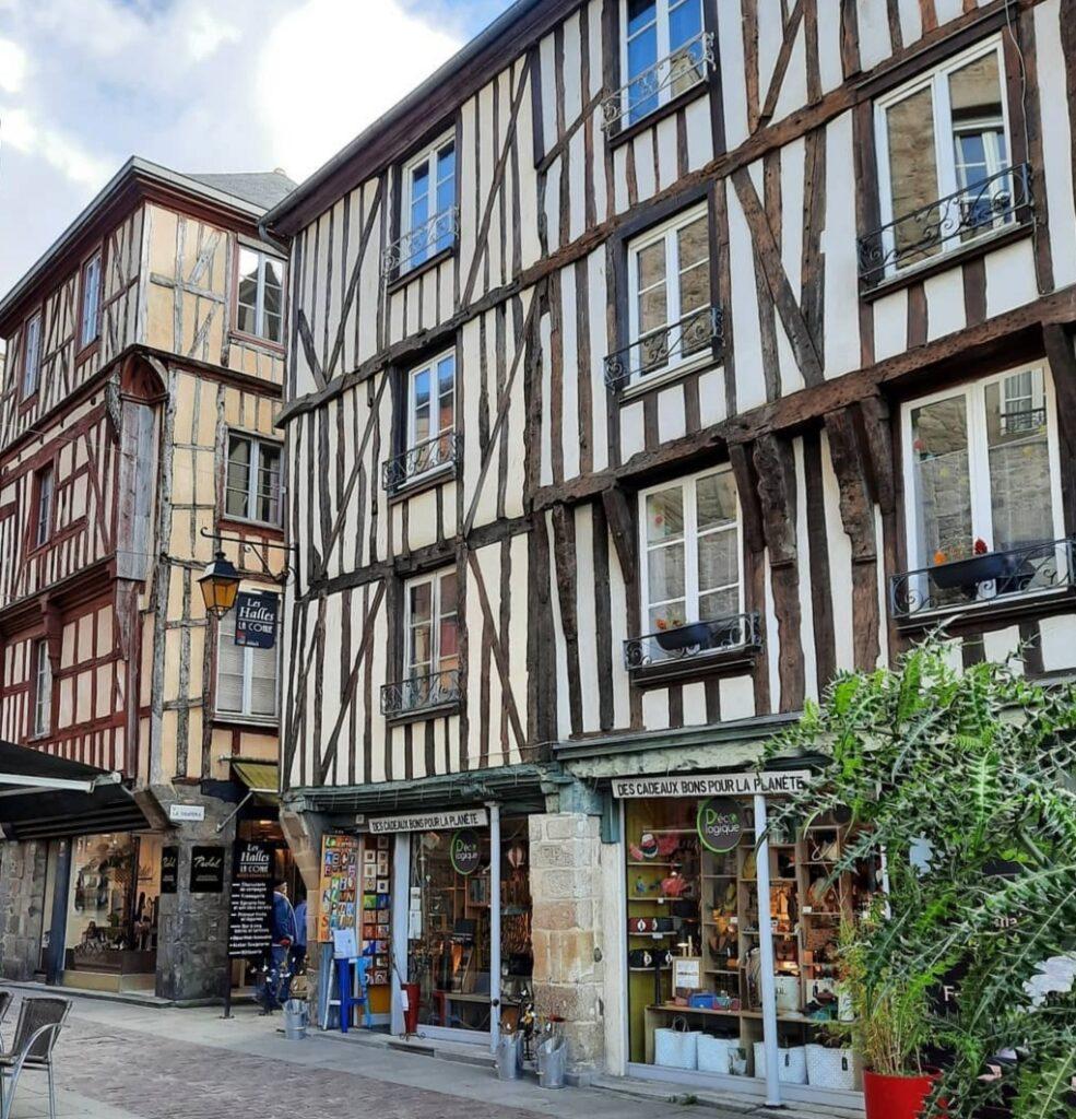 Normandia e Bretagna in Camper: le case antiche del borgo medioevale di Dinan.