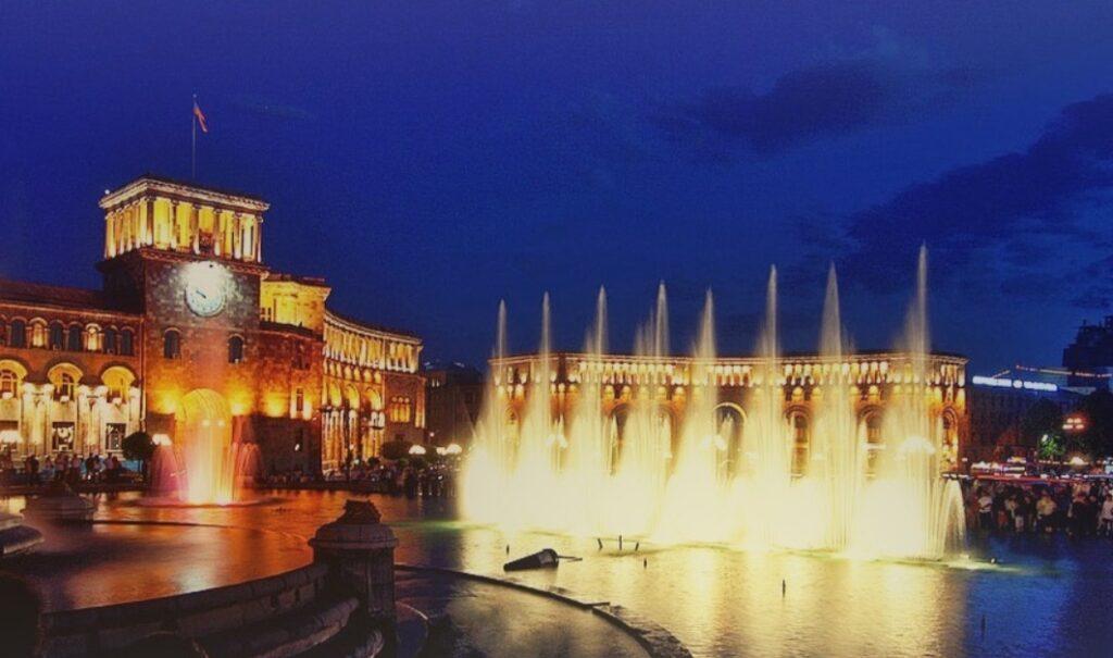 Visitare Yerevan: lo spettacolo di fontane a Piazza della Repubblica.