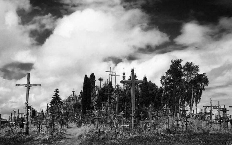 La Collina delle Croci in bianco e nero.