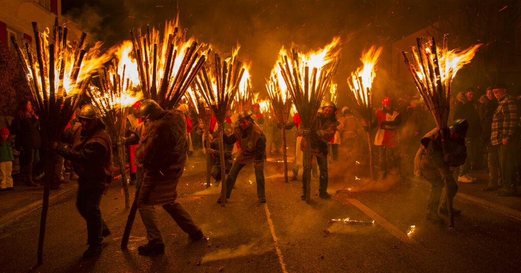 La fine del Carnevale Alemanno celebrato bruciando le scope delle streghe.