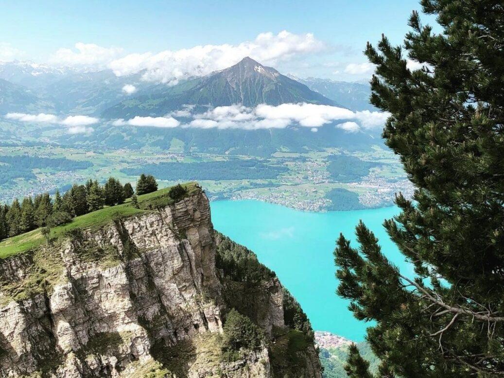 Estate in fuga dal caldo: Interlaken e lo Jungfrau. La spettacolare visione del Thunersee dal Niederhorn.