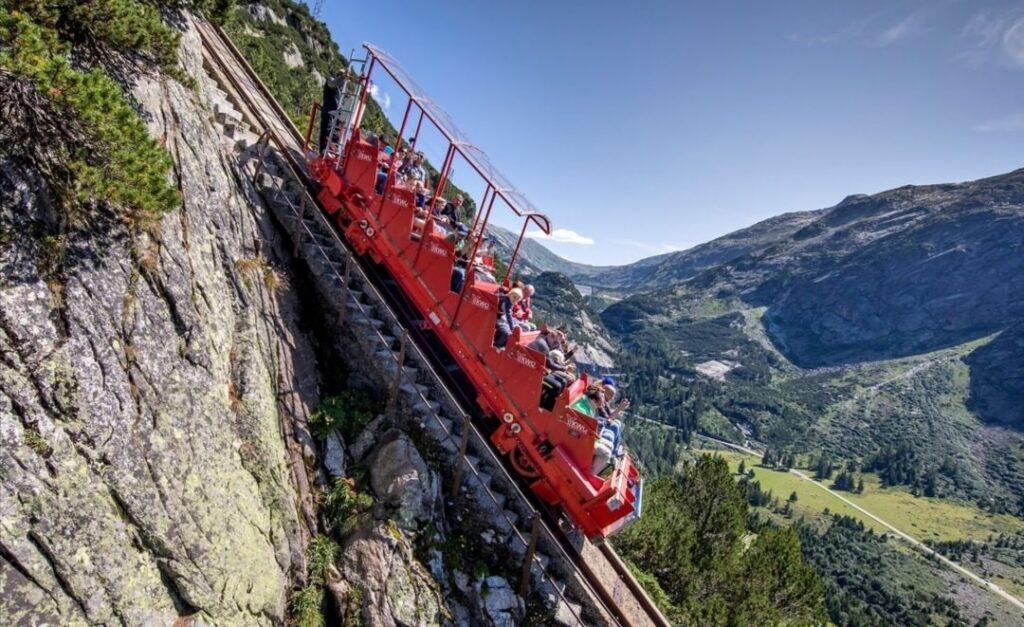 Estate in fuga dal caldo: Interlaken e lo Jungfrau. Pendenza a 106% al Gelmerbahn.