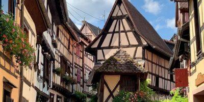 Eguisheim fiorita in estate.