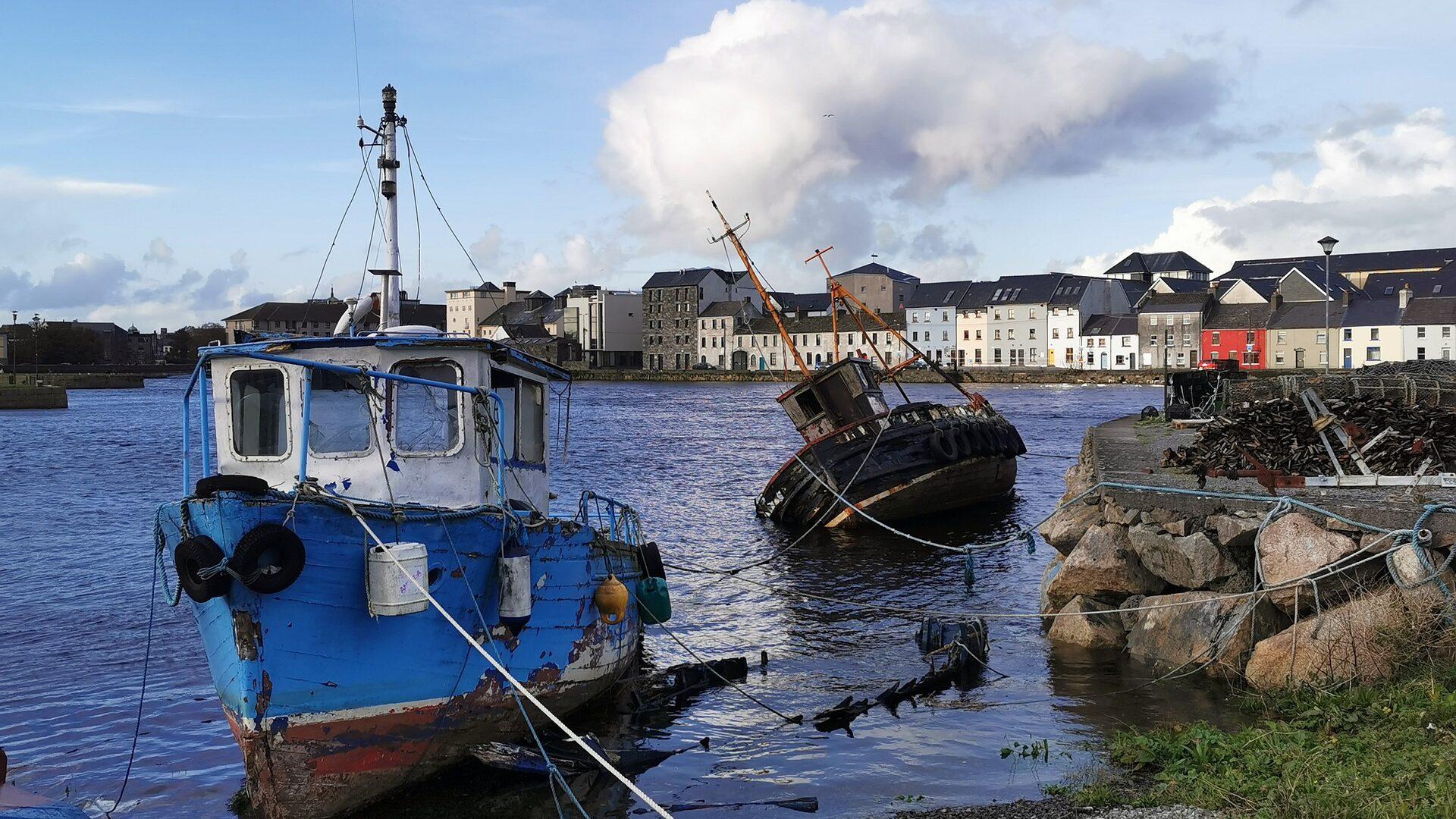 Alcune navi arrugginite impreziosiscono il panorama a Galway in un giorno.