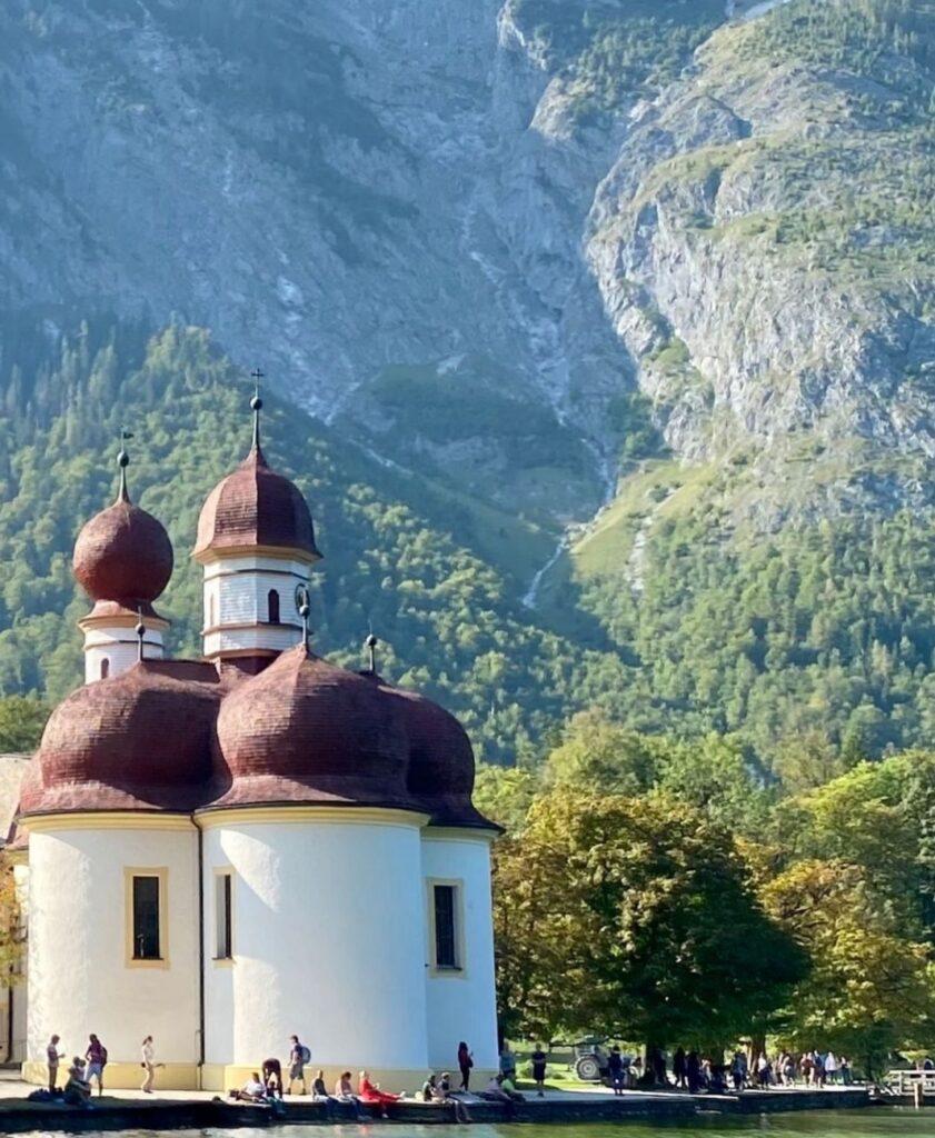 Germania in autunno: la cappella di St. Bartolomeo lungo il Königssee nel la cascata Röthbach nella parte alta del Berchtesgaden Nationpark